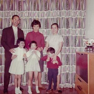 Famille de Lê Thành Khôi avec ses enfants.